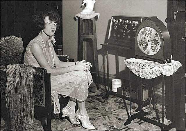 Helene Cals luistert naar de muziek die uit de Sarcos luidspreker komt_1928