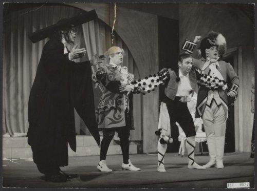 %22Scene uit de opera %22%22Barbier van Sevilla%22%22 (%22%22Il Barbiere de Siviglia%22%22), van Rossini, door de Nederlandse Opera. Vlnr Guus Hoekman (Basilio), Fritz Ollendorff (Dr. Bartolo), Paolo Gorin (Figaro) en Chris Scheffer (Almaviva)_1952