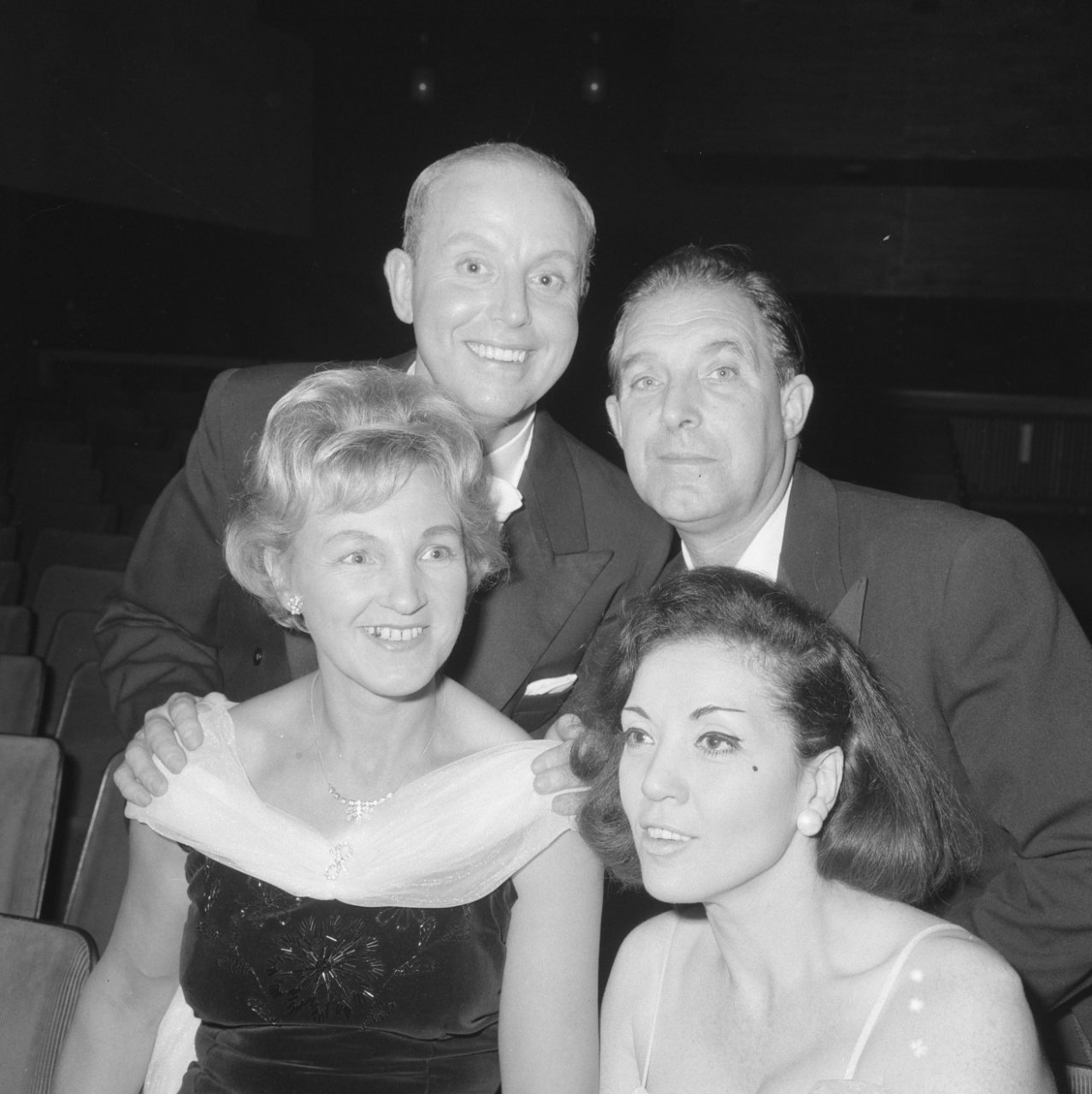 Premiere Volksopera in Cinema West in Amsterdam, voor Petra van de Bogaerde (lyrisch sopraan, links), Rosy van Daele (dramatisch sopraan). Achter Antonie Wink(links] en Chris Scheffer (tenor, rechts)_24 nov 1964