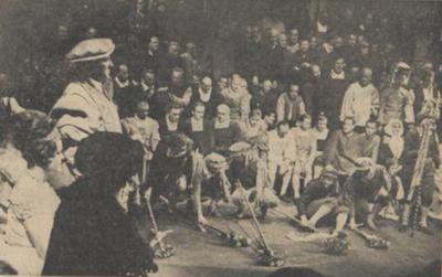 Scene uit de derde akte van Die Meistersinger von Nurnberg van Forum_Links staande Antoon Huijsman als Fritz Kothner